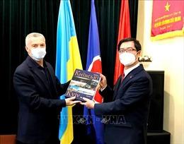 Đại sứ Nguyễn Hồng Thạch gặp gỡ đại diện doanh nghiệp Việt Nam tại Ukraine
