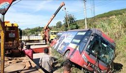 Xe giường nằm bị lật trên cao tốc, nhiều hành khách thoát nạn
