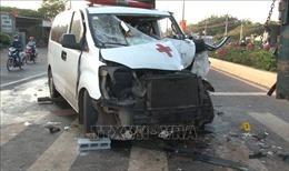 Xe cấp cứu tông vào đuôi xe tải, lái xe kẹt cứng trong cabin
