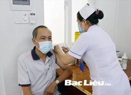 Tiêm vaccine phòng COVID-19 cho các đối tượng ưu tiên tại Bạc Liêu, Kiên Giang