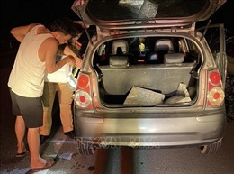 CSGT giúp mua xăng, thay lốp ô tô cho người dân trên cao tốc Nội Bài – Lào Cai