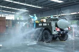 Quân đội phun khử khuẩn các khu vực có ổ dịch ở Bình Dương