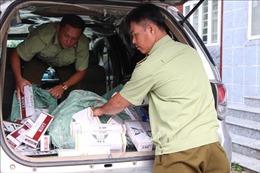 Phát hiện xe chứa 14.400 bao thuốc lá điếu nhập khi giao hàng bên vệ đường
