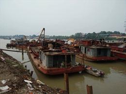 Bắt giữ hai tàu khai thác cát lậu trên sông Hồng