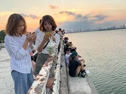 Giới trẻ tụ tập chụp ảnh tại địa điểm nhà bỏ hoang ở Hồ Tây