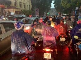 Mưa lớn tại Hà Nội gây ngập úng và ùn tắc giao thông nhiều tuyến phố