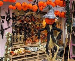 Phố Hàng Mã ngập tràn đồ hóa trang lễ hội Halloween