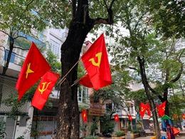 Ngõ, phố Thủ đô thắm sắc cờ chào mừng Đại hội lần thứ XIII của Đảng
