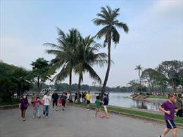 Hà Nội: Người dân vui chơi tại công viên còn lơ là trong phòng dịch COVID-19