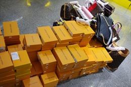 Tạm giữ hàng loạt sản phẩm nghi nhái Louis Vuitton, Chanel, Gucci tại The Manor