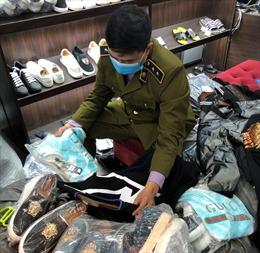 """Triệt phá thêm cơ sở thuộc chuỗi """"AE shop Việt Nam"""" bán hàng giả nhãn hiệu thời trang nổi tiếng"""