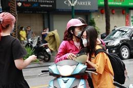 Kỳ thi vào lớp 10 tại Hà Nội: Xúc động khoảnh khắc cha mẹ 'tiếp lửa' cho con