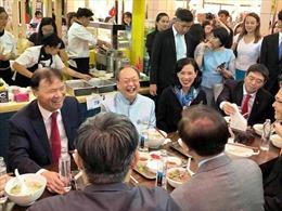Bộ trưởng Thương mại Thái Lan thích thú ăn phở Việt Nam giữa Central World