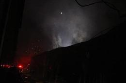 Cháy lớn gara ô tô tại Nam Trung Yên, Hà Nội