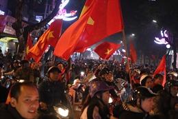 Người hâm mộ xuống đường 'quẩy' mừng kỳ tích của đội tuyển Việt Nam