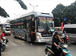 Ô tô 'hồn nhiên' đón khách dọc đường, giao thông Hà Nội 'ngộp thở'