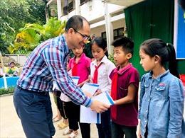 Đoàn công tác của TTXVN tặng  35 suất quà cho các em học sinh nghèo vùng cao Hà Giang
