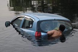 Lái xe quên kéo phanh tay, ôtô 4 chỗ lao xuống sông Tô Lịch