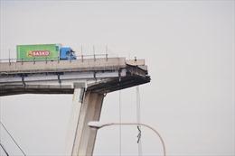 Xe tải thoát chết gang tấc trên cầu sập ở Italy