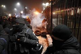 Nhiều phần tử cực đoan tấn công Đại sứ quán Nga ở Ukraine sau vụ bắt tàu chiến
