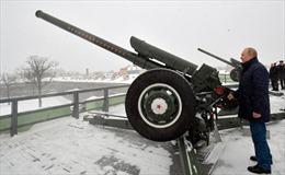 Tổng thống Putin tự tay khai hỏa khẩu pháo từ thời Liên Xô nhả đạn tung trời