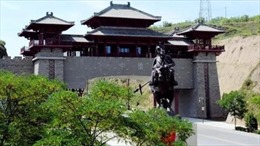 Huyện nghèo nhất Trung Quốc chi tới 9 triệu USD xây cổng chào kiến trúc cung đình
