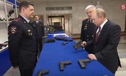 Tổng thống Putin thử súng điện, súng máy mới của cảnh sát, quân đội Nga