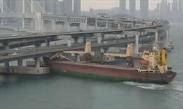 Thuyền trưởng say rượu, tàu chở hàng đâm vào chân cầu