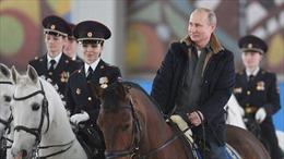 Mừng ngày 8/3, Tổng thống Putin cưỡi ngựa bên các nữ cảnh sát xinh đẹp