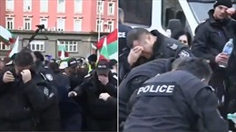 Định giải tán biểu tình, cảnh sát Bulgaria bị hơi cay tạt ngược vào mặt