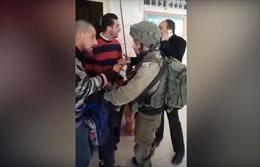 Binh sĩ Israel mang vũ khí ập vào trường học chỉ để bắt một học sinh 9 tuổi
