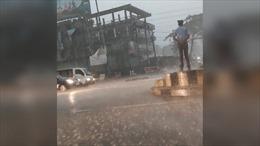 Cảnh sát giao thông Ấn Độ được khen nức lời vì không bỏ vị trí trong mưa xối xả