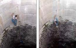 Hạn hán khiến phụ nữ Ấn Độ tay không xuống giếng cạn sâu 18 m để lấy nước