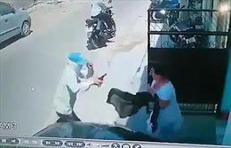 Người phụ nữ tay không đánh đuổi cướp có súng trước cửa nhà
