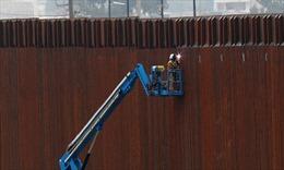 Binh sĩ Mỹ tại biên giới nhận nhiệm vụ sơn hàng rào