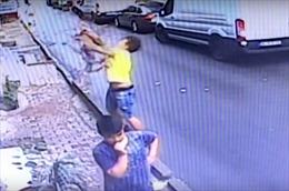 Video thiếu niên tay không 'tóm' bé hai tuổi rơi từ tầng 2