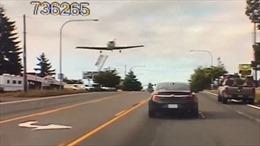 Máy bay hạ cánh ngay trên đường cao tốc đông xe cộ