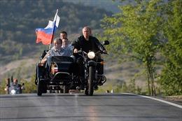 Video Tổng thống Nga Putin lái xe phân khối lớn cùng nhóm 'Sói đêm'