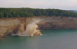 Sa thạch lở từ vách đá suýt đoạt mạng hàng chục người chèo thuyền