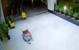 Rợn gáy cảnh xe lăn 'ma' di chuyển điên loạn trong bệnh viện Ấn Độ