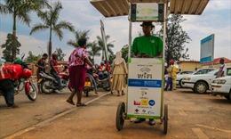 Quầy sạc pin điện thoại bằng năng lượng Mặt Trời tại châu Phi