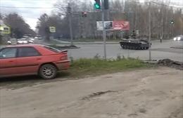Video xe thiết giáp vượt đèn đỏ, đâm thẳng vào ô tô ở Nga