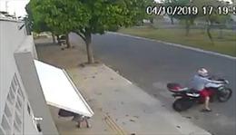 Người phụ nữ đi bộ bị cửa garage... bắt cóc