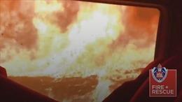 Video lính cứu hỏa mạo hiểm lái xe băng qua biển lửa Australia