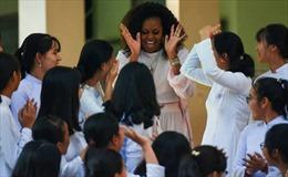 Hình ảnh cựu Đệ nhất phu nhân Mỹ Michelle Obama gần gũi với các nữ sinh Việt Nam
