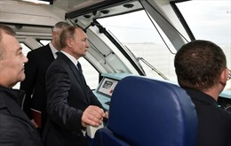 Tổng thống Putin là hành khách đầu tiên trên chuyến tàu nối Crimea với lục địa Nga