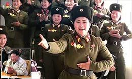 Video Chủ tịch Kim Jong-un vỗ tay cổ vũ các nghệ sĩ Triều Tiên