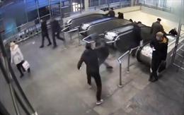 Tên cướp giật điện thoại rồi vô tâm đạp nạn nhân xuống cầu thang máy