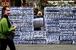 Khan hiếm thời dịch bệnh, hàng trăm cuộn giấy vệ sinh bị cướp tại Hong Kong