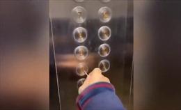 Người dân Trung Quốc dùng tăm, bật lửa trong thang máy để tránh COVID-19